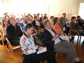 Zuhörer im Schulungsraum der Wirtschaftskammer Stockerau-Korneuburg, großes Interesse am ausgebuchten Vortrag Online Marketing - Chance der Gegenwart